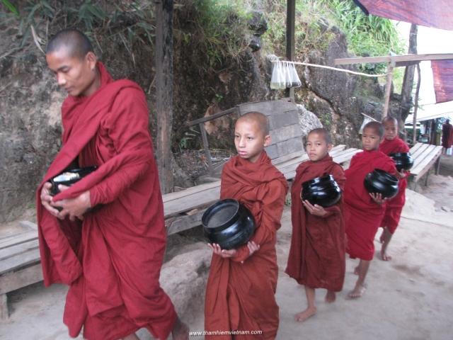 Nha sư Myanmar Hành Khất
