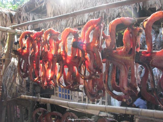 Cá khô bán tại cửa hàng trên đường thắm quan