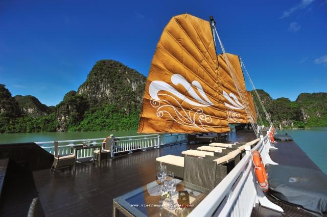 Hình ảnh tàu trên Vịnh Hạ Long