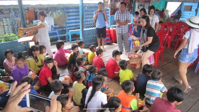 Thăm trường học trên xông Tôn lê Sáp của Campuchia