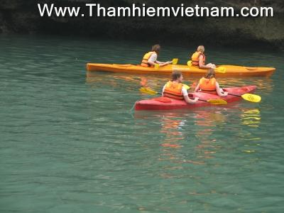 Thuyền kayak trên Vịnh hạ Long