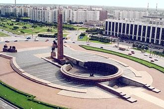 Du lịch Nga: Đài kỷ niệm những chiến sĩ anh hùng bảo vệ Leningrad